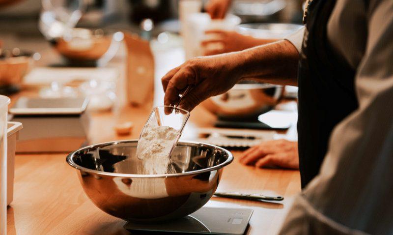 Mehlzugabe für den perfekten Brotteig - Brotbackkurse online | BROTFEE