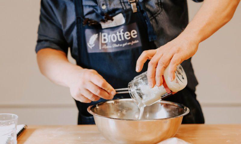 Brotbackkurse online -Zugabe von Milch | BROTFEE