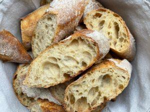 Französisches Baguette backen - Aufgeschnittene Brotstange
